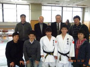 前列右から2人目が永井選手です